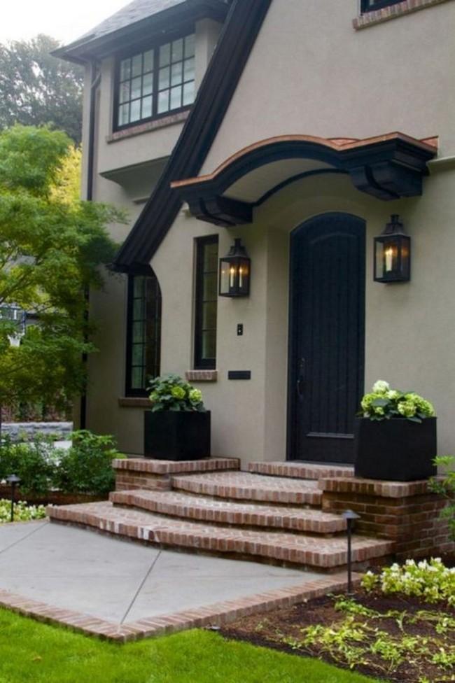 дизайн козырька над входом в дом