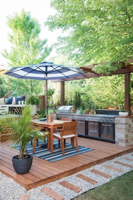 летняя кухня во дворе частного дома с террасой