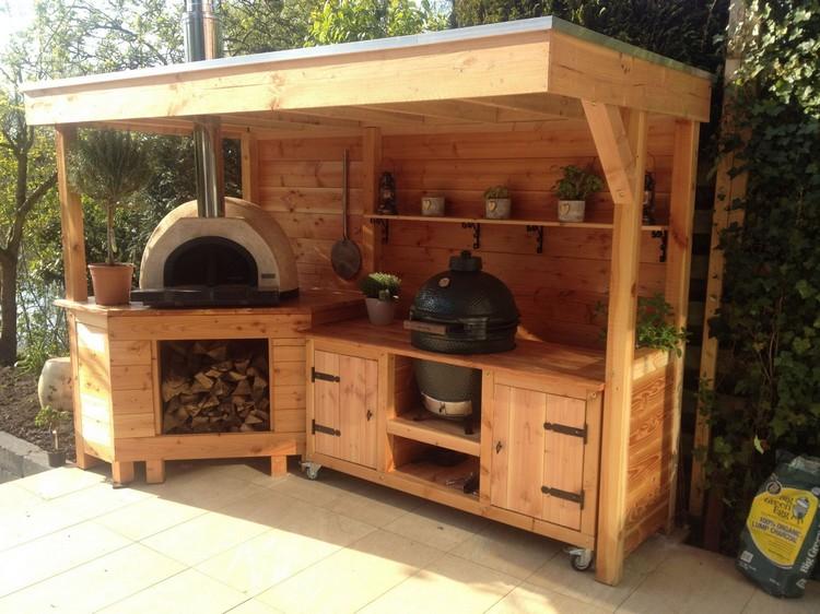 летняя кухня во дворе частного дома из дерева