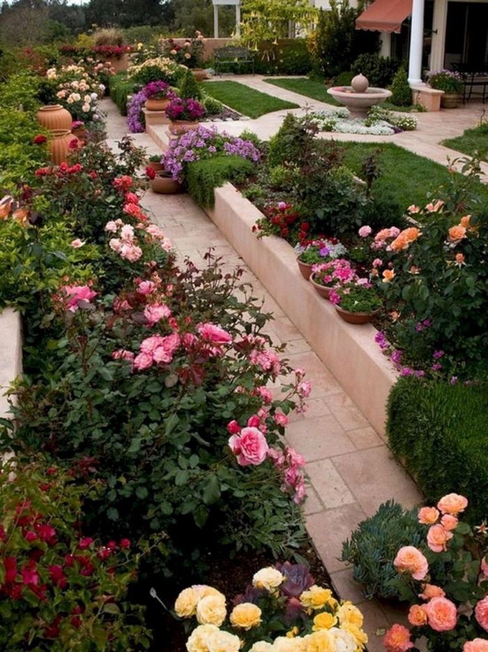 цветник дачного двора