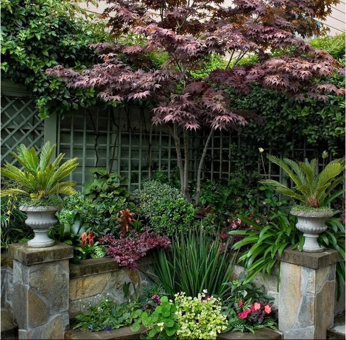 Украшение двора вазонами со цветами