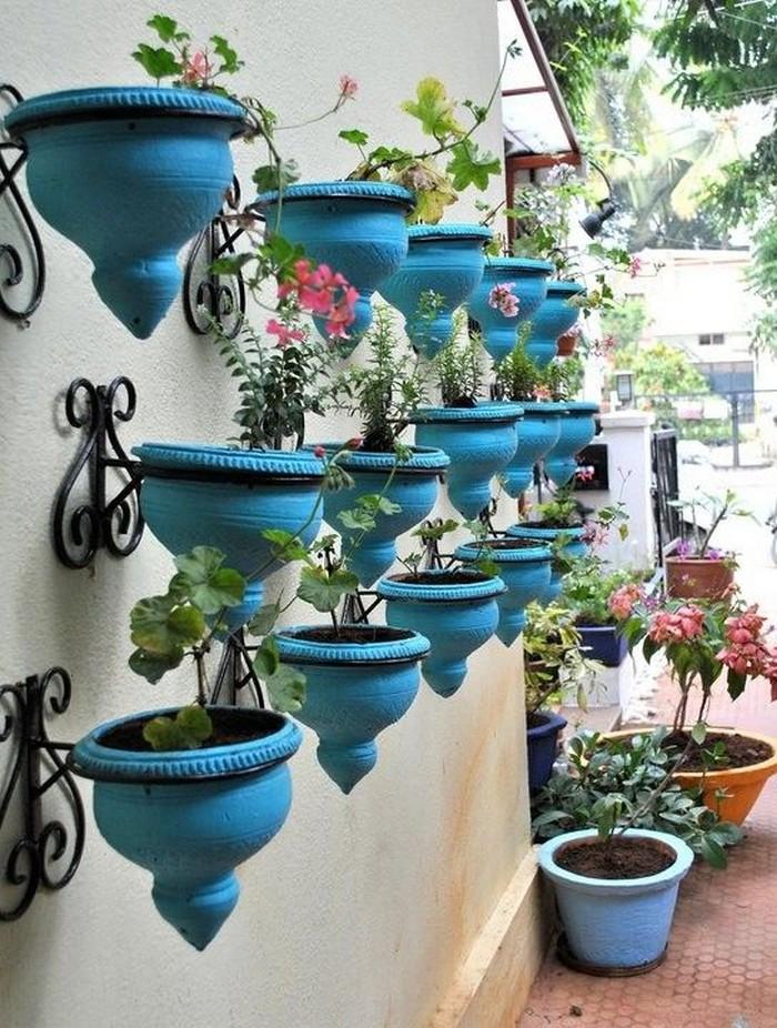 украшение двора цветами в вазонах