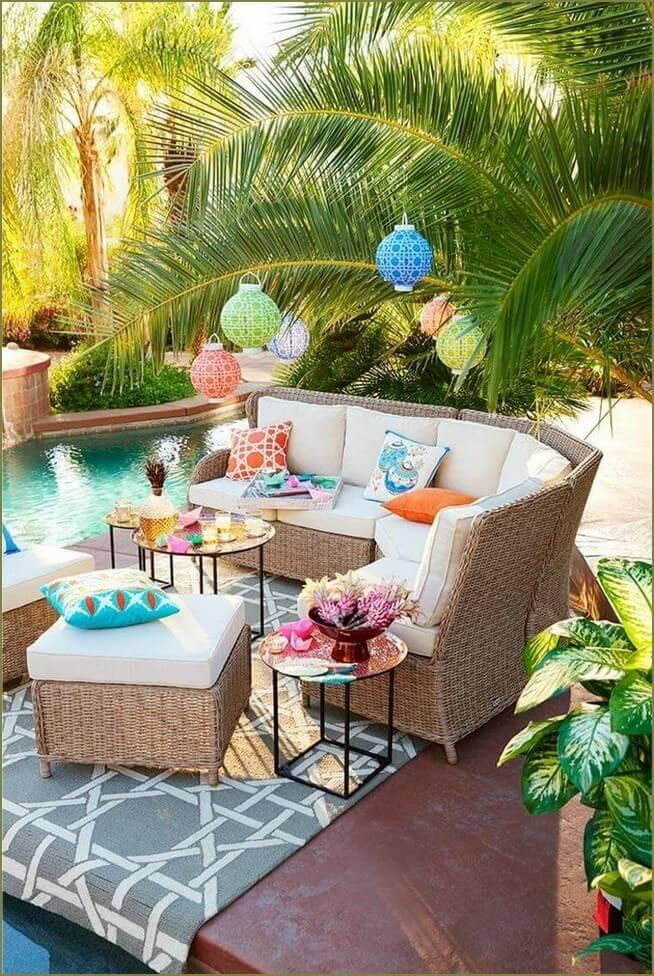 зона отдыха в саду с бассейном