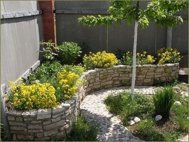 угловая клумба в дизайне двора
