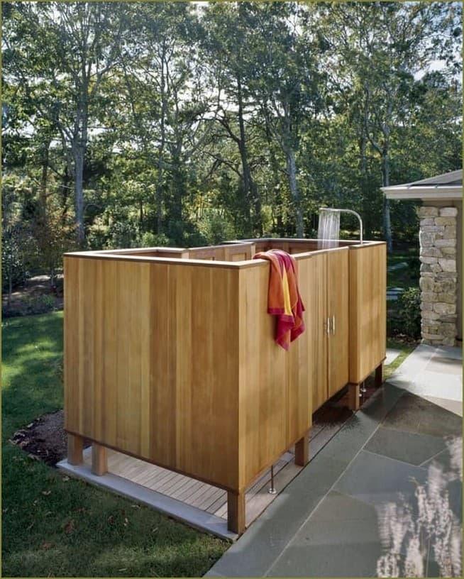 красивый летний душ загородного дома