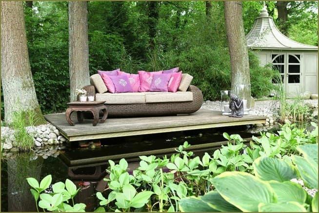 деревянный настил на даче в зоне отдыха