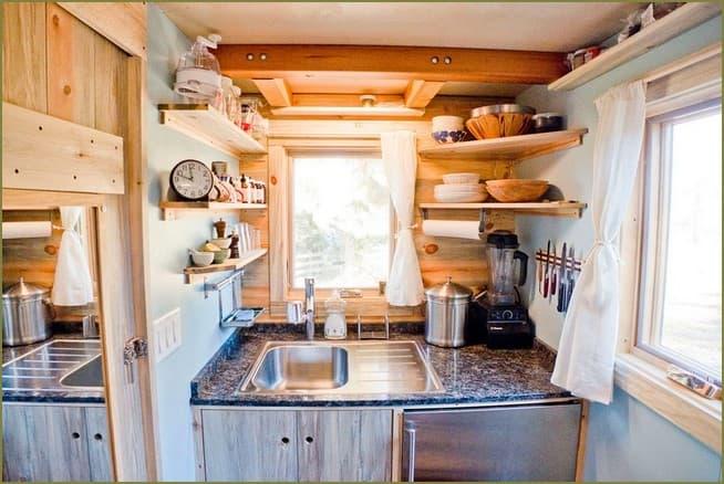 дизайн кухни в маленьком дачном доме