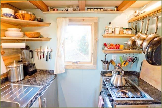 дизайн интерьера кухни в маленьком дачном доме