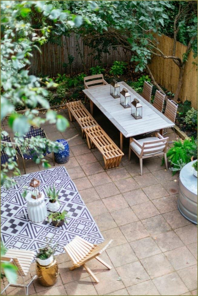 Еще одно фото этого небольшого сада с ярким и современным дизайном