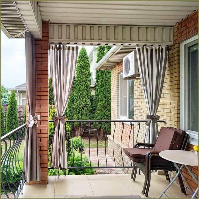 украшение шторами веранды загородного дома