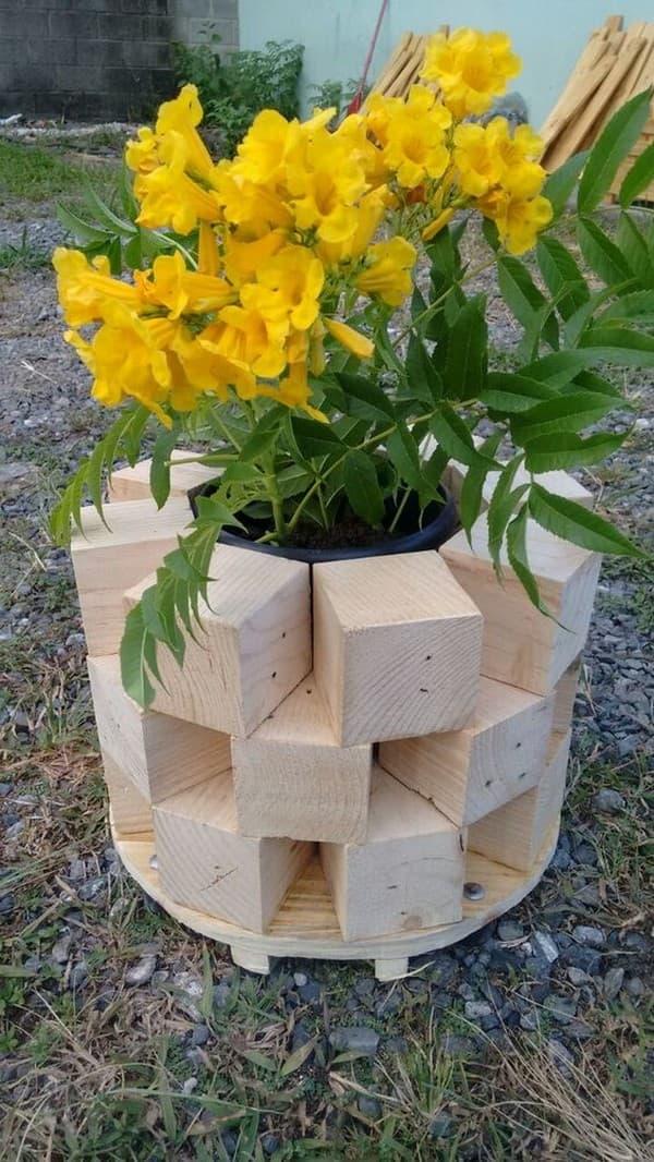 деревянные цветочные вазоны на дачном участке