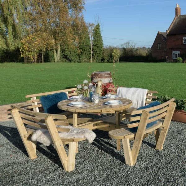 стол на лужайке