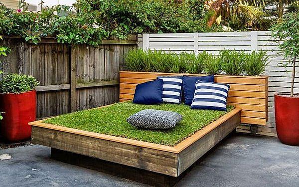 зеленая кровать на даче
