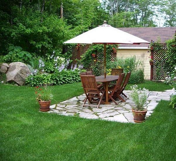 дачный столик во дворе