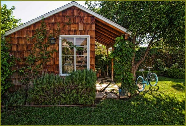 Маленький домик в огороде
