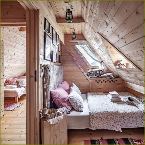 Маленький деревянный домик внутри