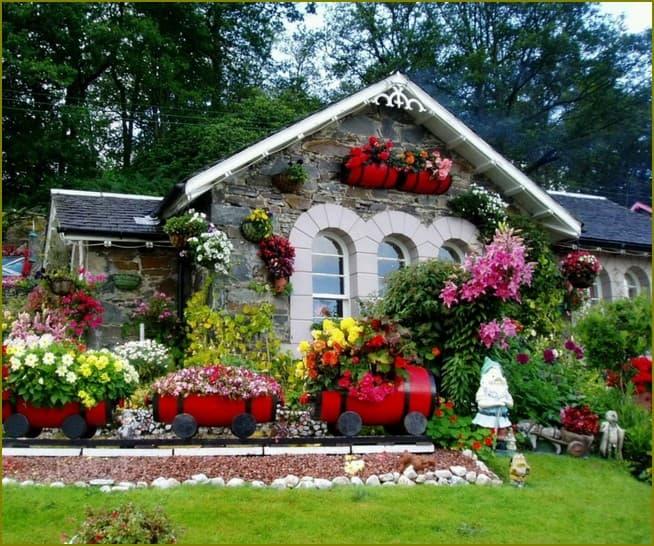 Дом украшенный цветами