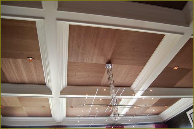 Красивое оформление потолка на даче