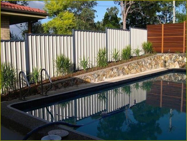 забор для частного дома из металлического профиля