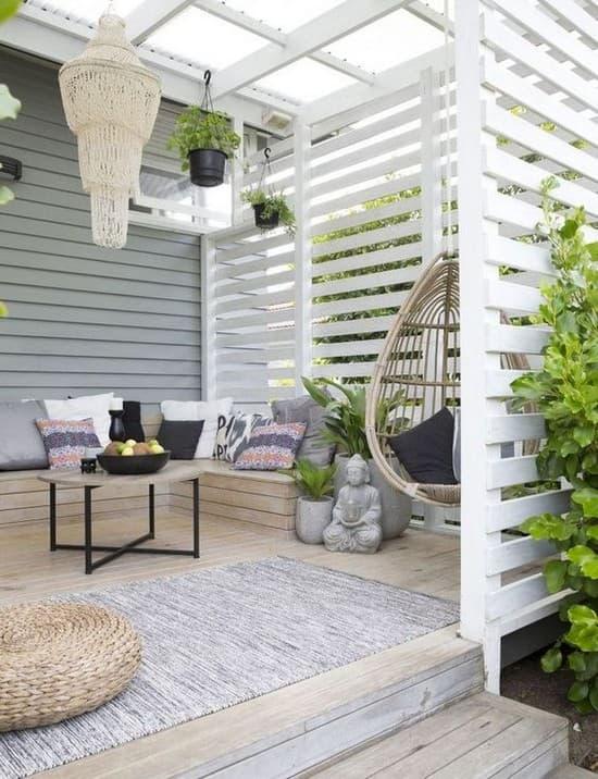 деревянная ширма во дворе