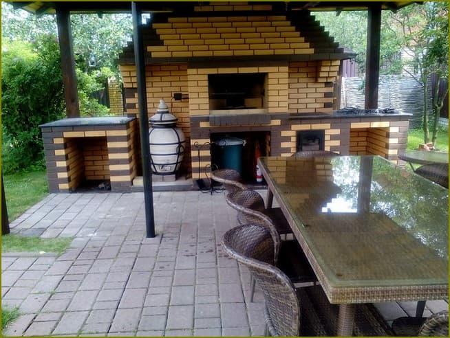 зона барбекю во дворе частного дома