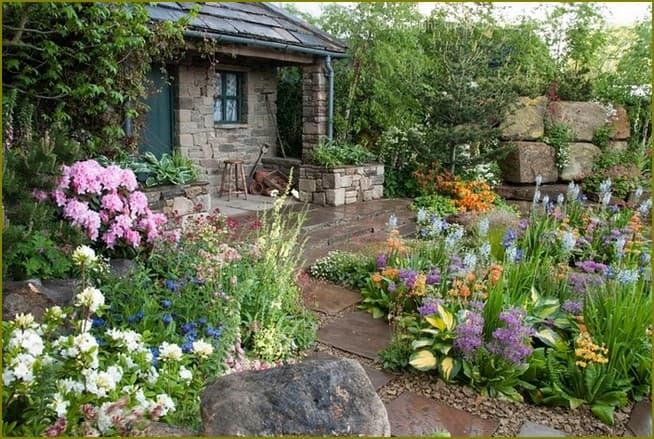клумба для небольшого дачного двора