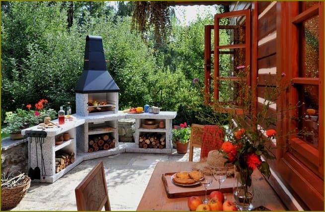 Уличная кухня с зоной отдыха